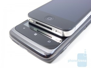 HTC Surround (снизу), Apple iPhone 4 (сверху)