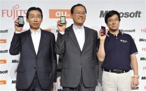 На фотографии слева направо: Набуо Отани, президент Fujitsu-Toshiba Mobile Communications; Такаши Танака, президент оператора KDDI; Ясуюки Хигучи, глава японского подразделения Microsoft