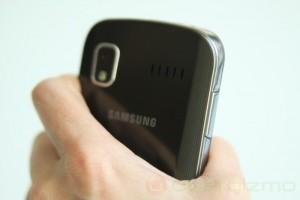 Телефон удобно лежит в руке благодаря закруглённым краям