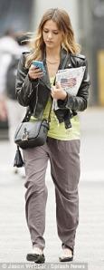 Джессика Альба со смартфоном Nokia Lumia 900