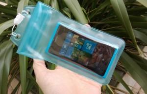 Nokia Lumia 800 в водостойком чехле
