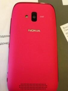 Розовая Nokia Lumia 610. Фото Виталия Милонова