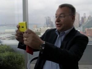 Экс-CEO Nokia Стивен Элоп с Nokia Lumia 920