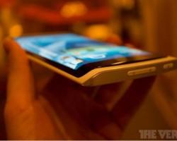 Конкуренты: Samsung выпустит смартфон GALAXY с трехсторонним дисплеем