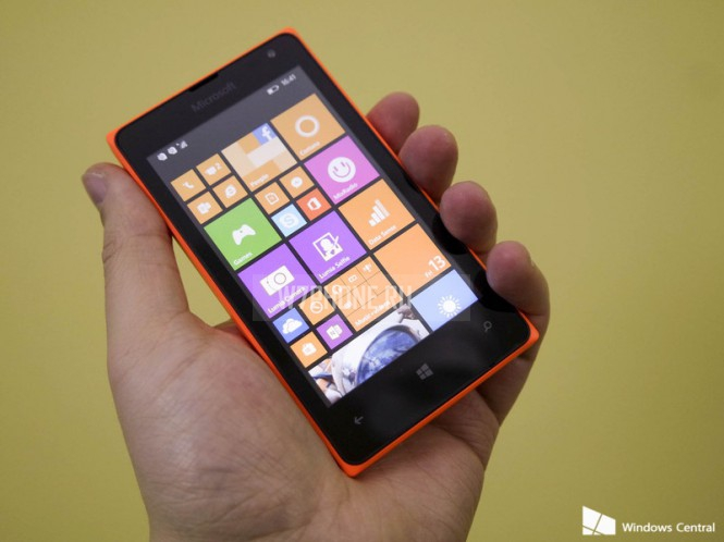 Lumia 435 в руке