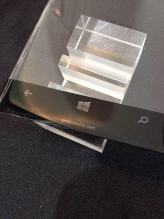 В Сеть утекла фотография смартфона Nokia с изогнутым экраном