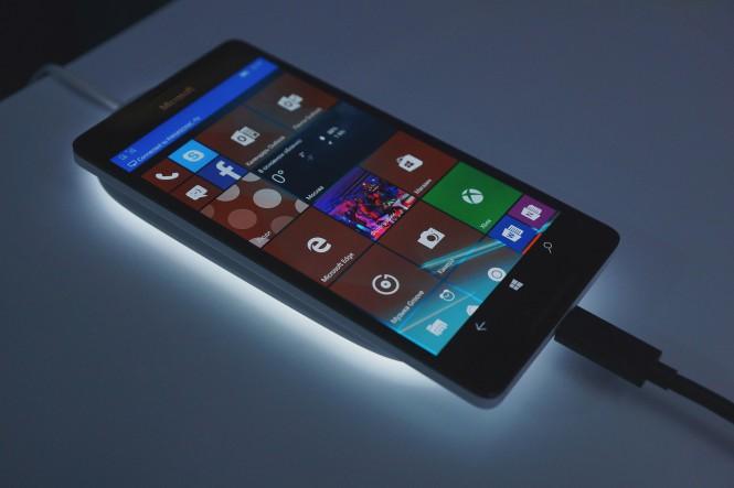 Lumia 950 с беспроводной зарядкой. Отчет W7Phone.ru с презентации смартфонов в Москве.