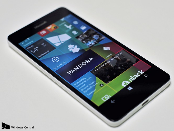 Lumia-950-hero-display-side-startscreen