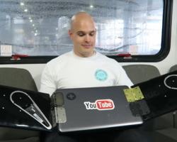Блогер собрал ноутбук стремя экранами
